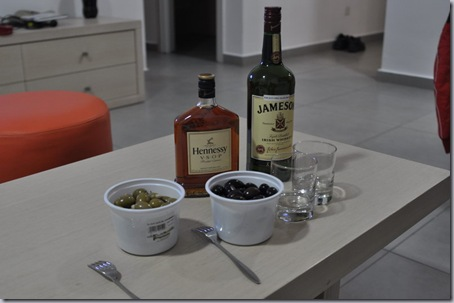 коньяк, виски и оливки.